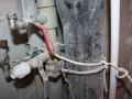 «Крепление» труб проводом к канализационному стояку