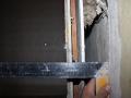 Зазор между основной стеной и задней стенкой сантехкабины